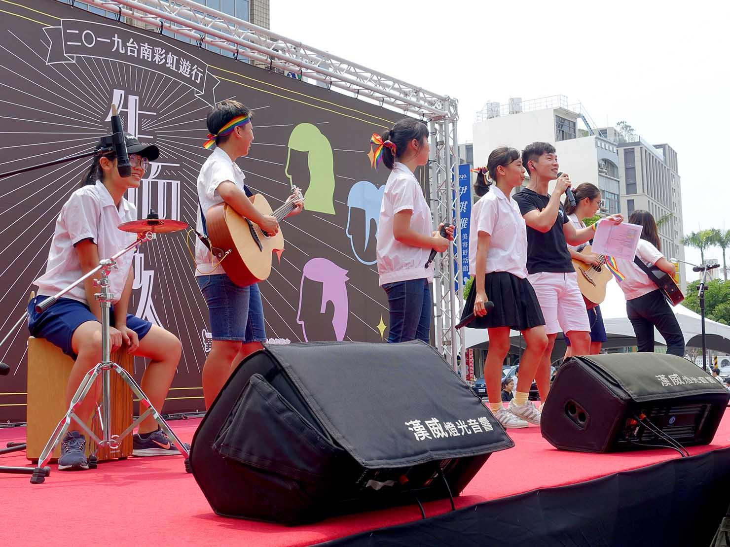台南彩虹遊行(台南レインボーパレード)2019のステージでパフォーマンスする学生