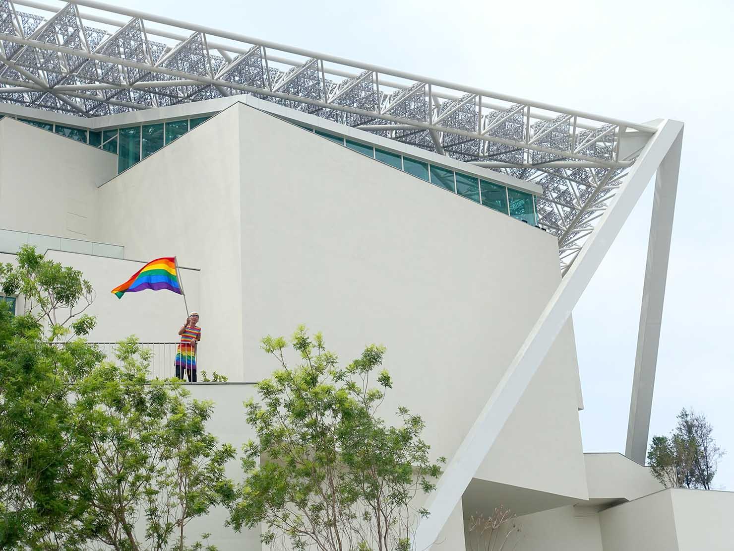 台南彩虹遊行(台南レインボーパレード)2019で美術館2館からレインボーフラッグを振る祁家威氏