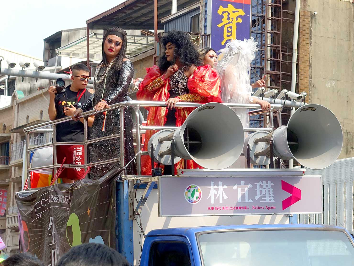 台南彩虹遊行(台南レインボーパレード)2019のパレードカーに乗り込むドラァグクイーン