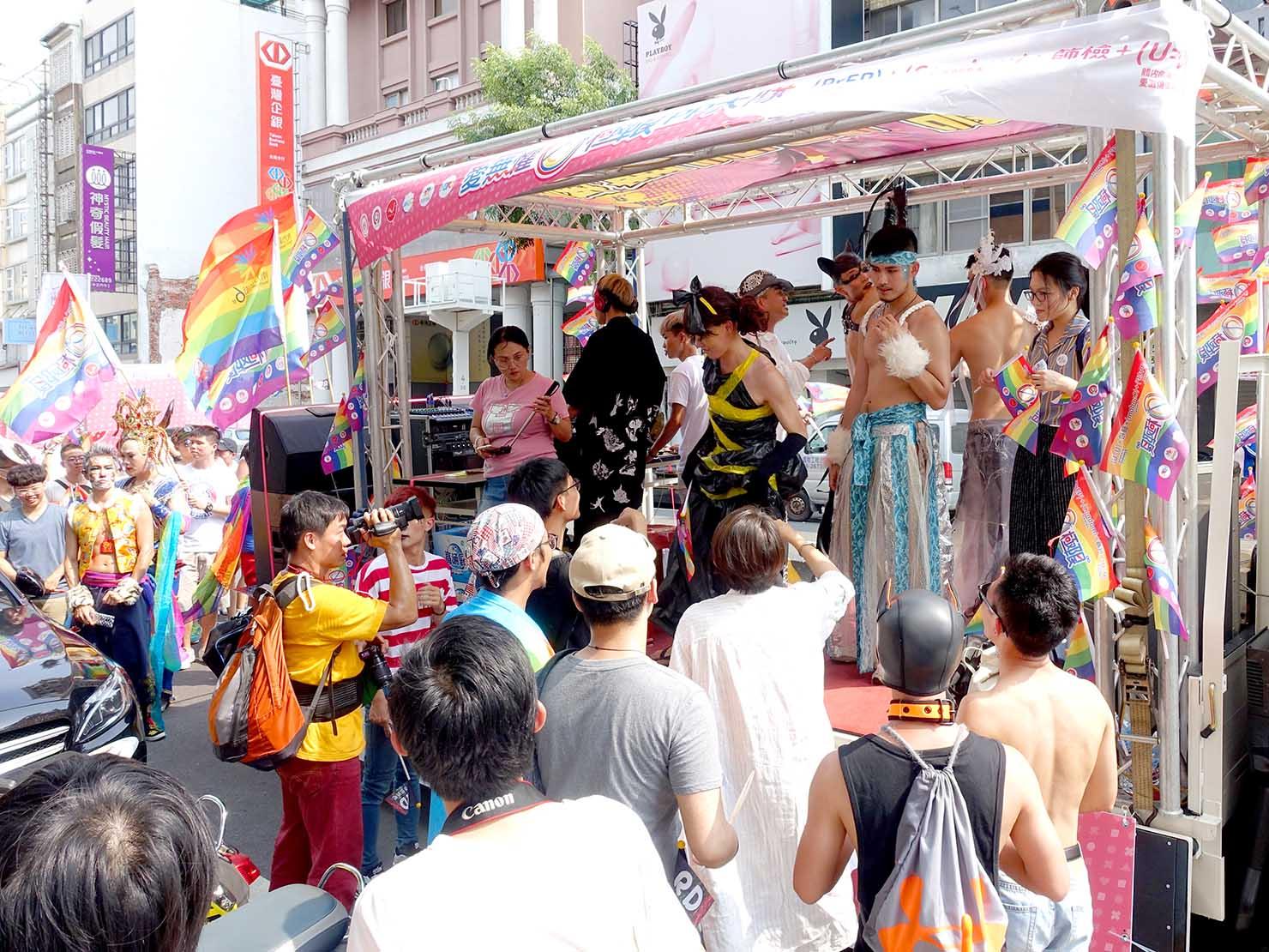 台南彩虹遊行(台南レインボーパレード)2019のパレードカーに集まる参加者たち