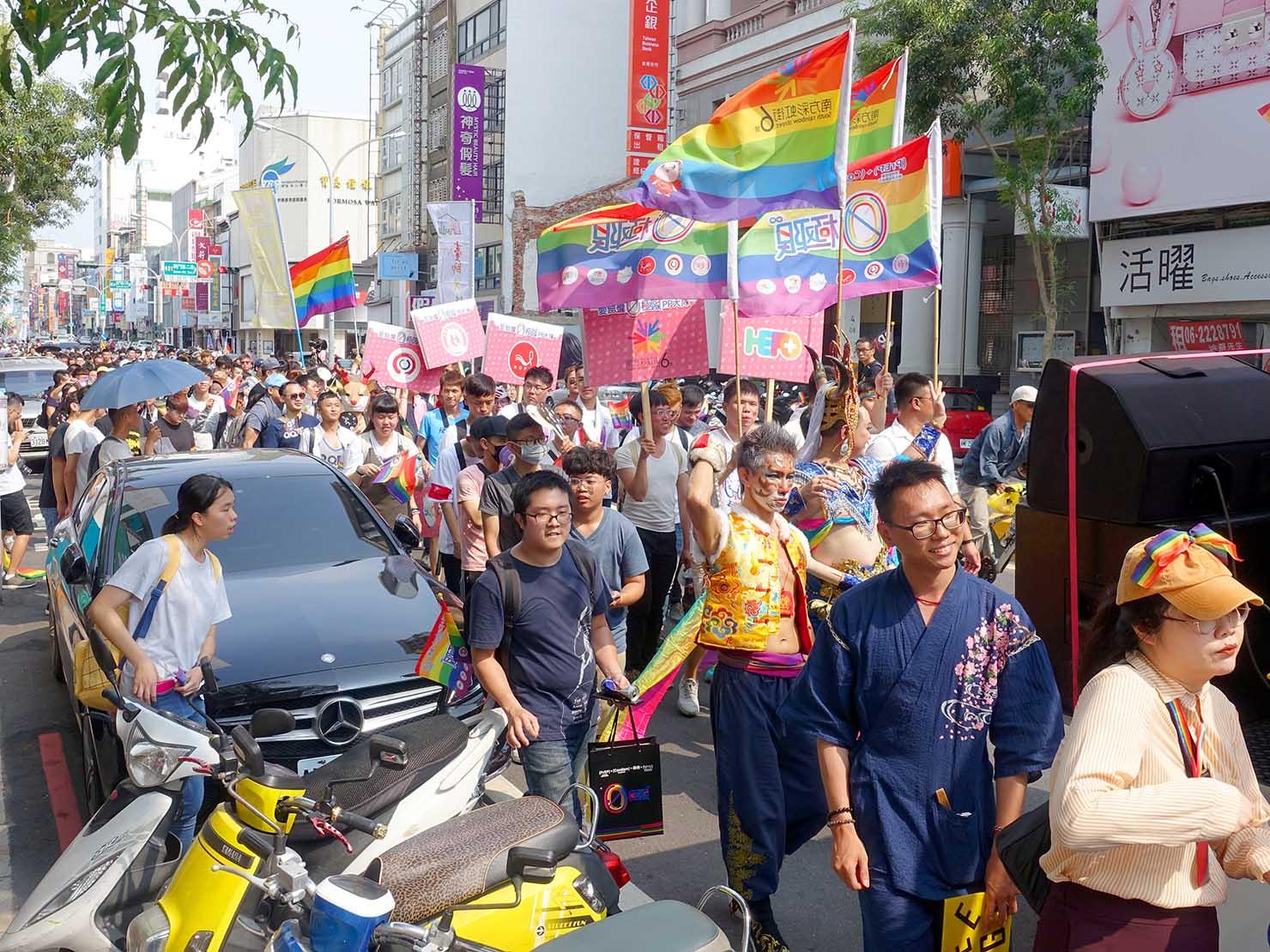 台南彩虹遊行(台南レインボーパレード)2019でレインボーフラッグを掲げて歩く参加者