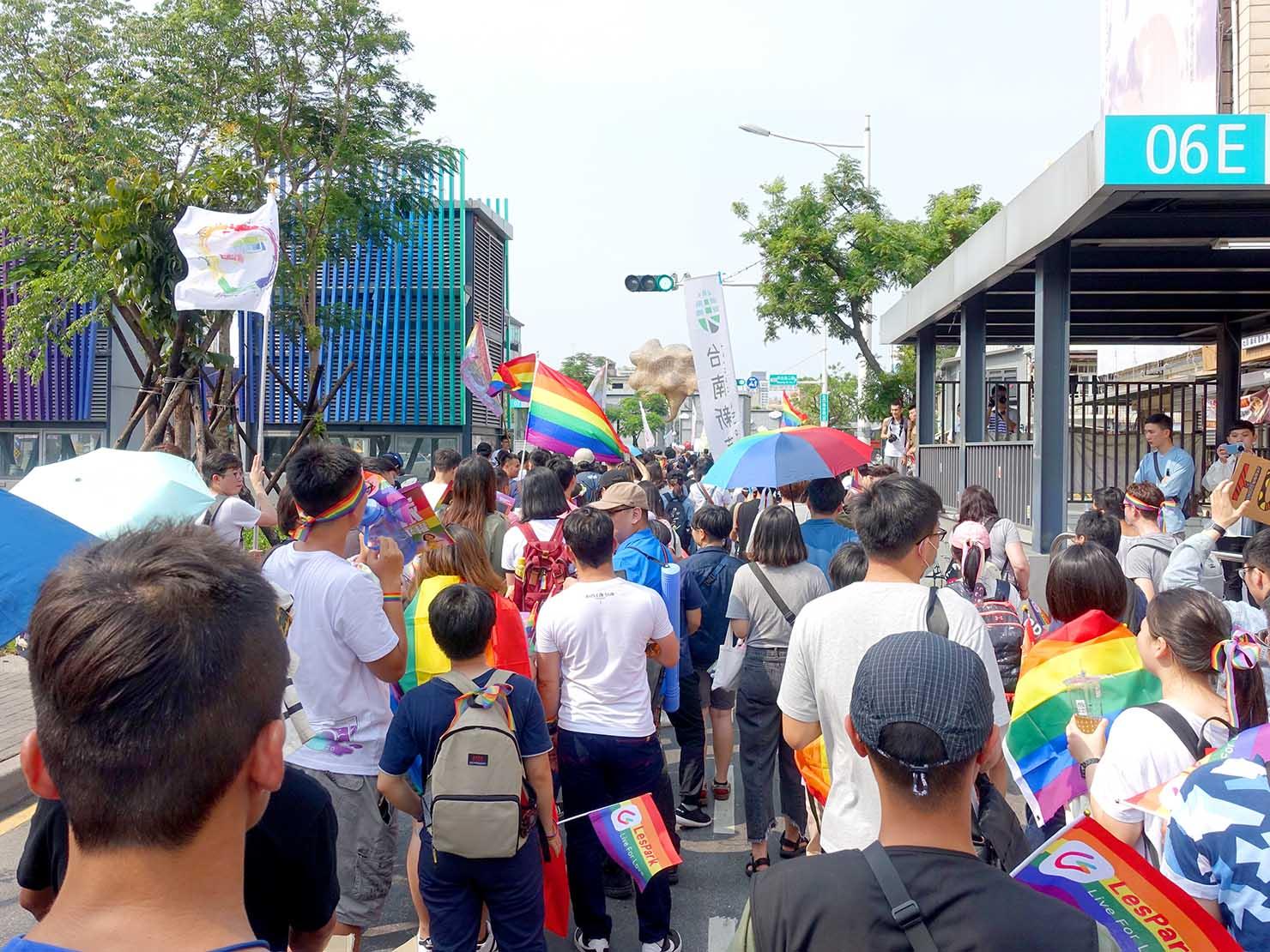 台南彩虹遊行(台南レインボーパレード)2019で海安路を歩くパレード隊列
