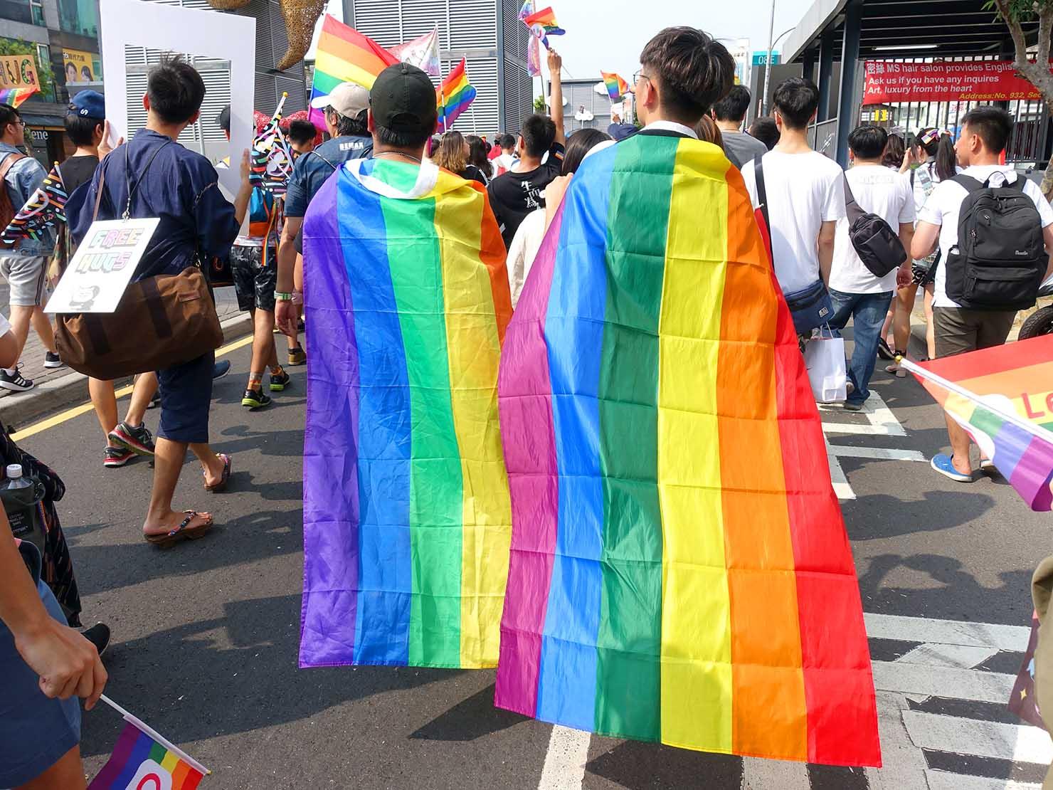台南彩虹遊行(台南レインボーパレード)2019のパレードをレインボーフラッグを纏って歩く参加者
