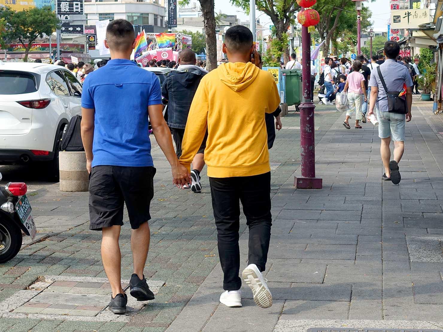 台南彩虹遊行(台南レインボーパレード)2019で手を繋いでパレードを歩くカップル