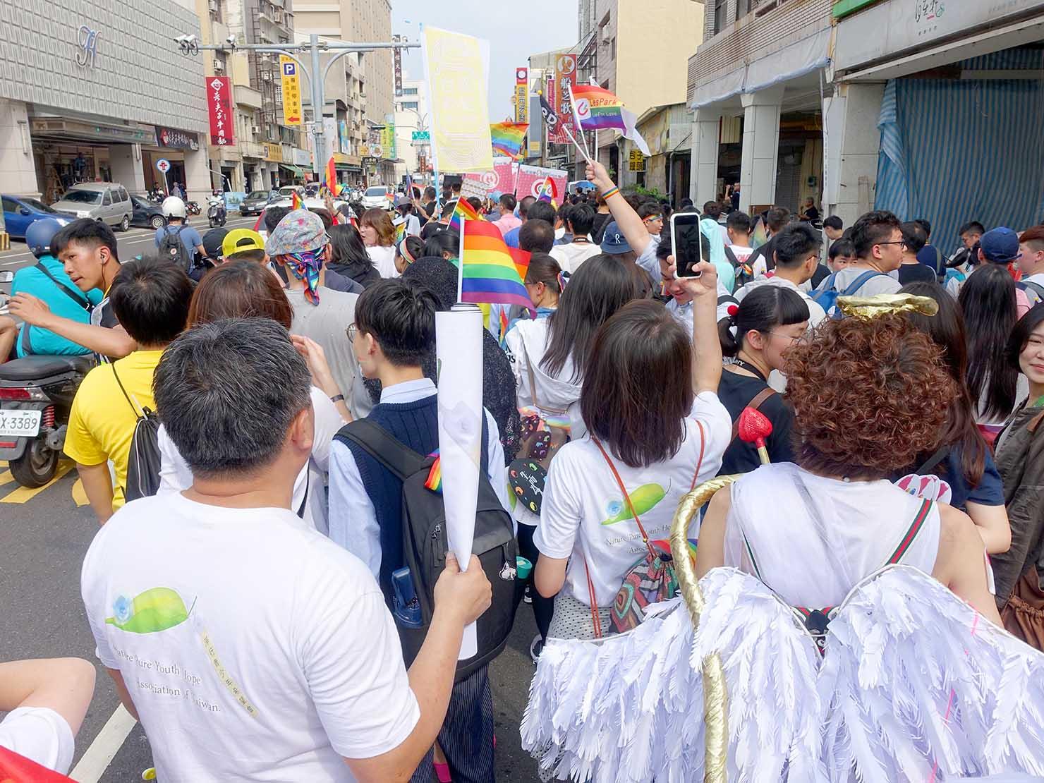 台南彩虹遊行(台南レインボーパレード)2019のパレードでレインボーフラッグを振る参加者たち