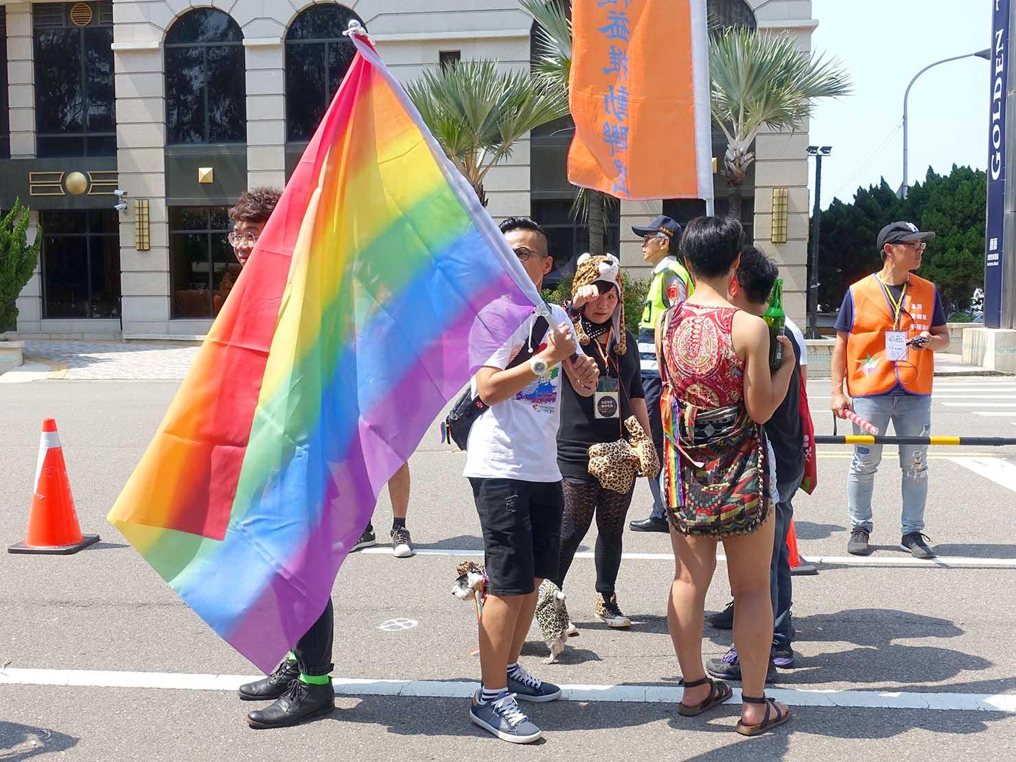 苗栗愛轉來平權遊行(苗栗LGBTプライド)2019のパレードで大きなレインボーフラッグを掲げる参加者