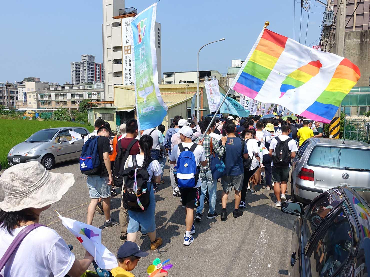 苗栗愛轉來平權遊行(苗栗LGBTプライド)2019で水田の横を通り抜けるパレード