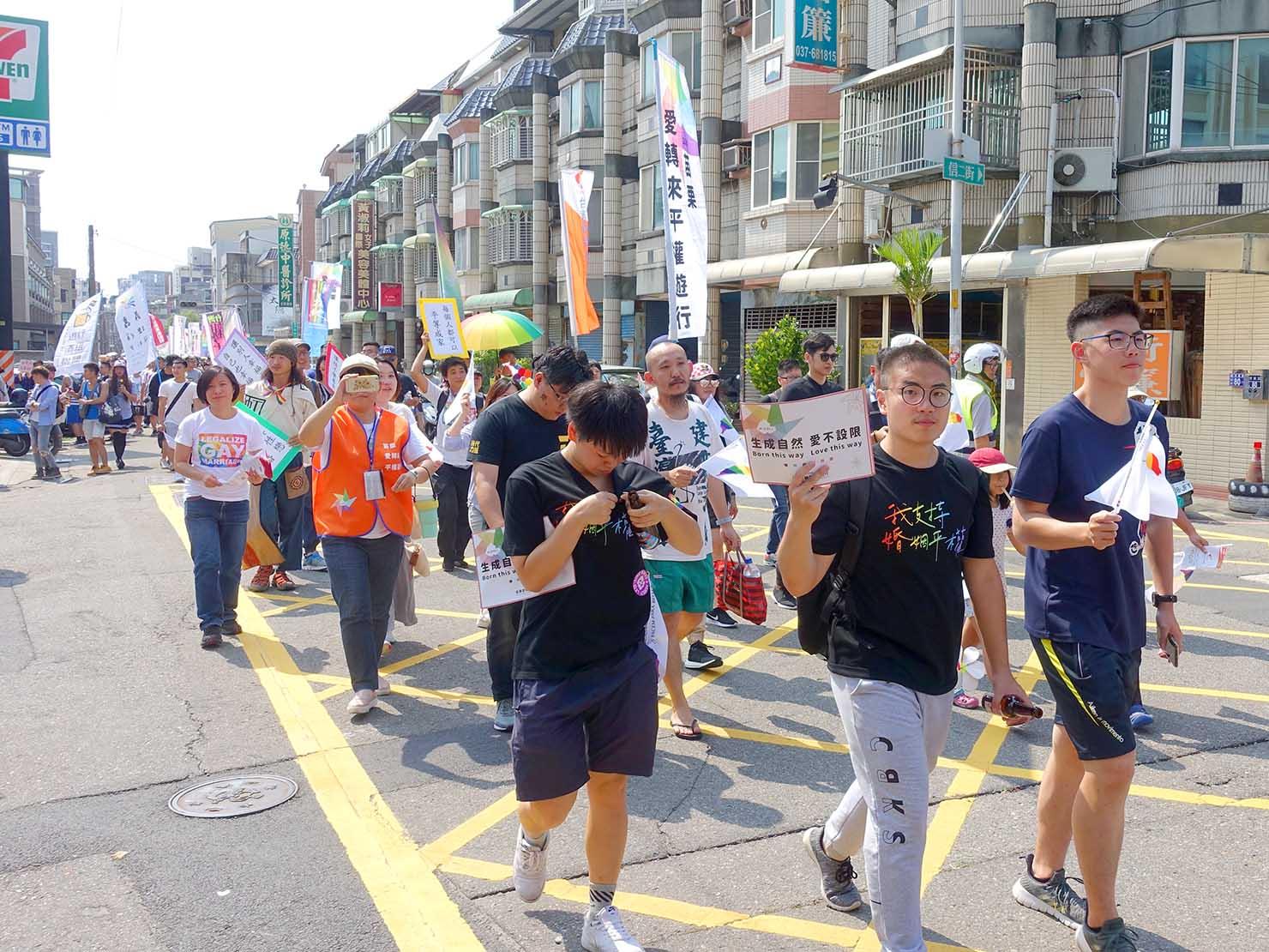苗栗愛轉來平權遊行(苗栗LGBTプライド)2019でプラカードを掲げてパレードを歩く参加者たち