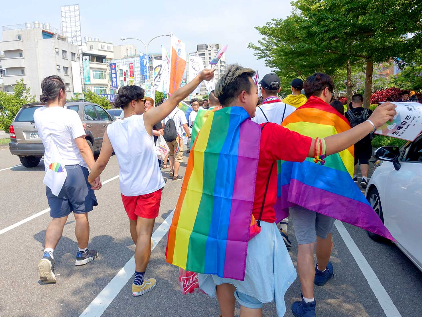 苗栗愛轉來平權遊行(苗栗LGBTプライド)2019でレインボーフラッグをまとってパレードを歩く参加者たち