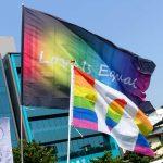 苗栗愛轉來平權遊行(苗栗LGBTプライド)2019のパレードにはためくレインボーフラッグ