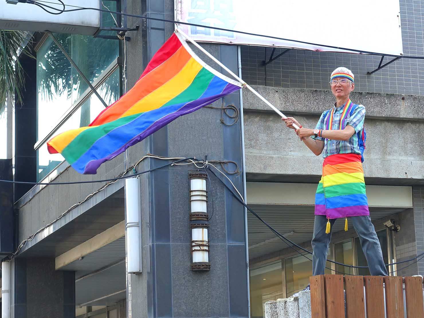 苗栗愛轉來平權遊行(苗栗LGBTプライド)2019でレインボーフラッグを振る祁家威さん