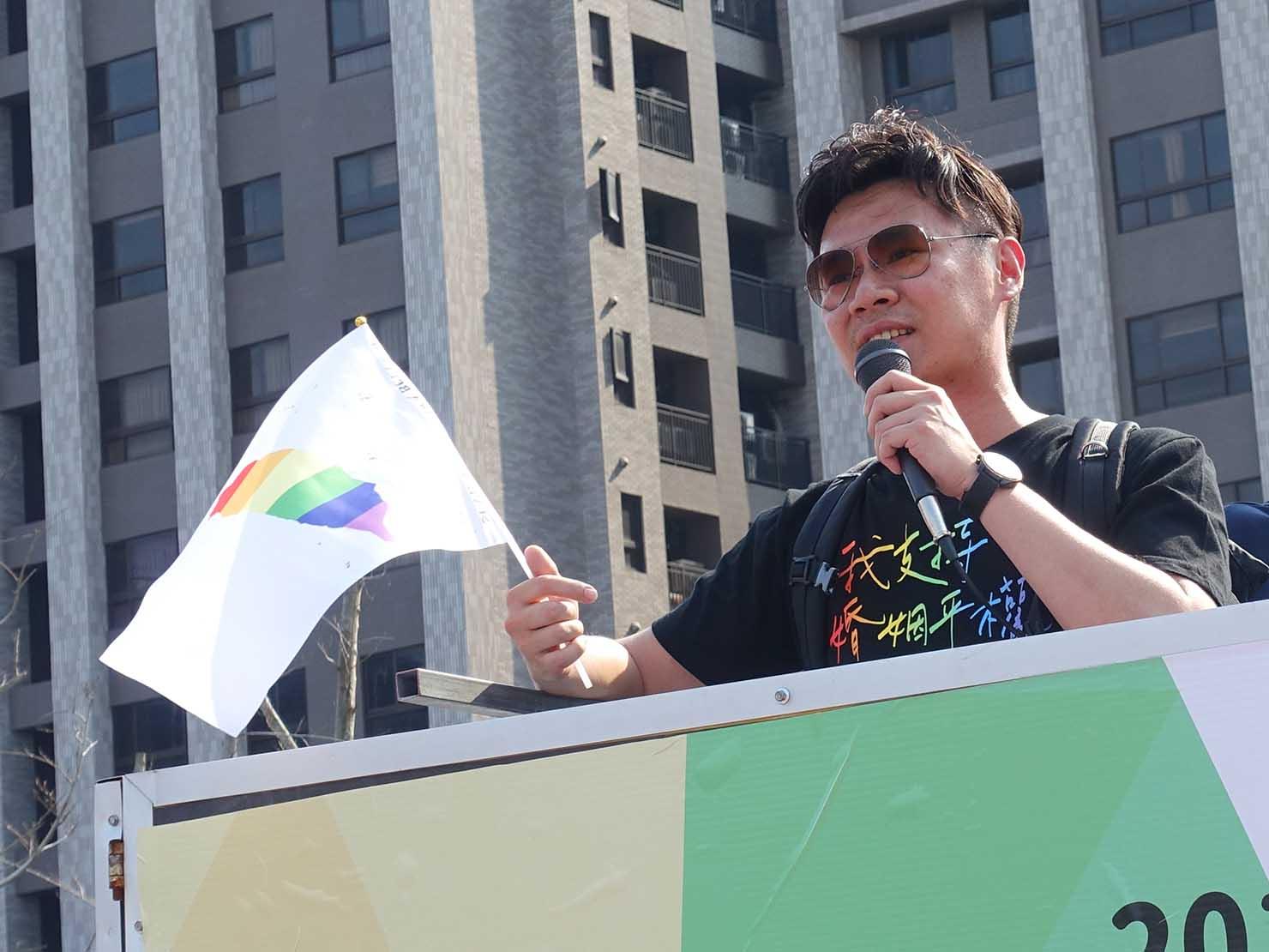 苗栗愛轉來平權遊行(苗栗LGBTプライド)2019のパレード先導車からスピーチする政治家