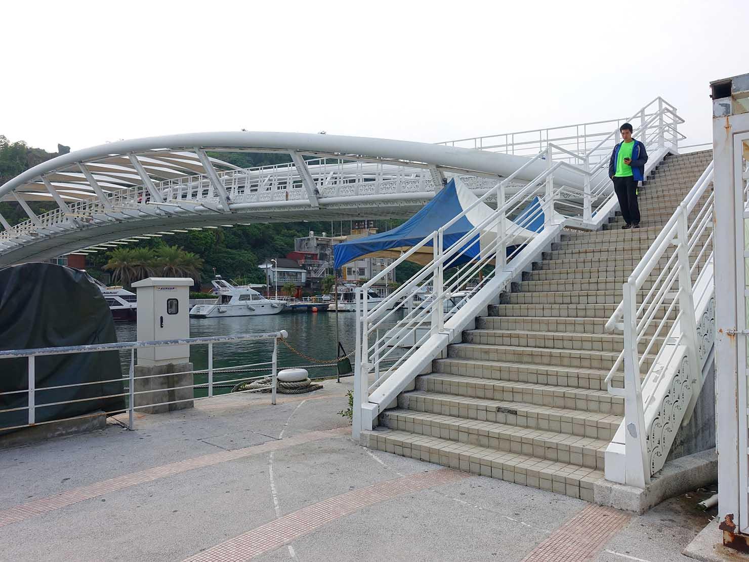 高雄・西子灣の鼓山輪渡站(旗津行きフェリー乗り場)横の白い橋
