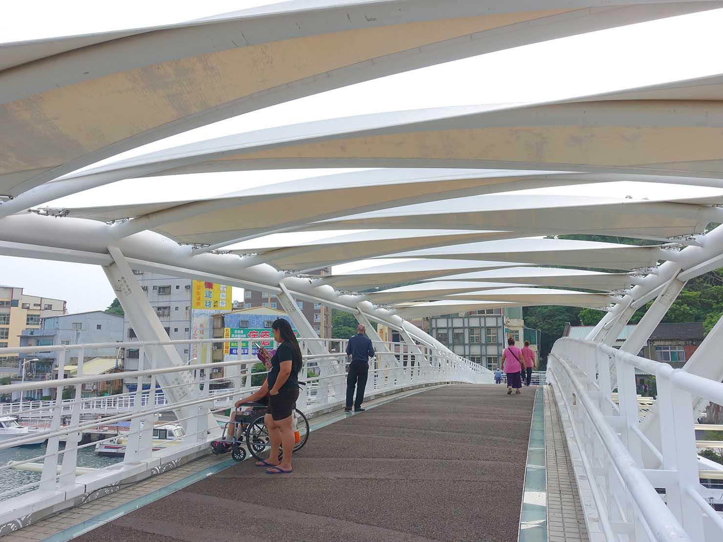 高雄・西子灣の鼓山輪渡站(旗津行きフェリー乗り場)横の白い橋の上