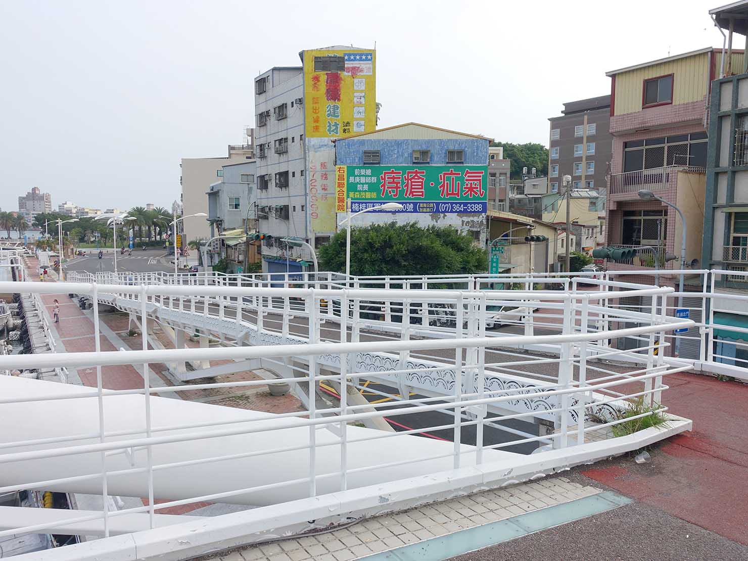 高雄・西子灣の鼓山輪渡站(旗津行きフェリー乗り場)横の白い橋を渡りきった分かれ道
