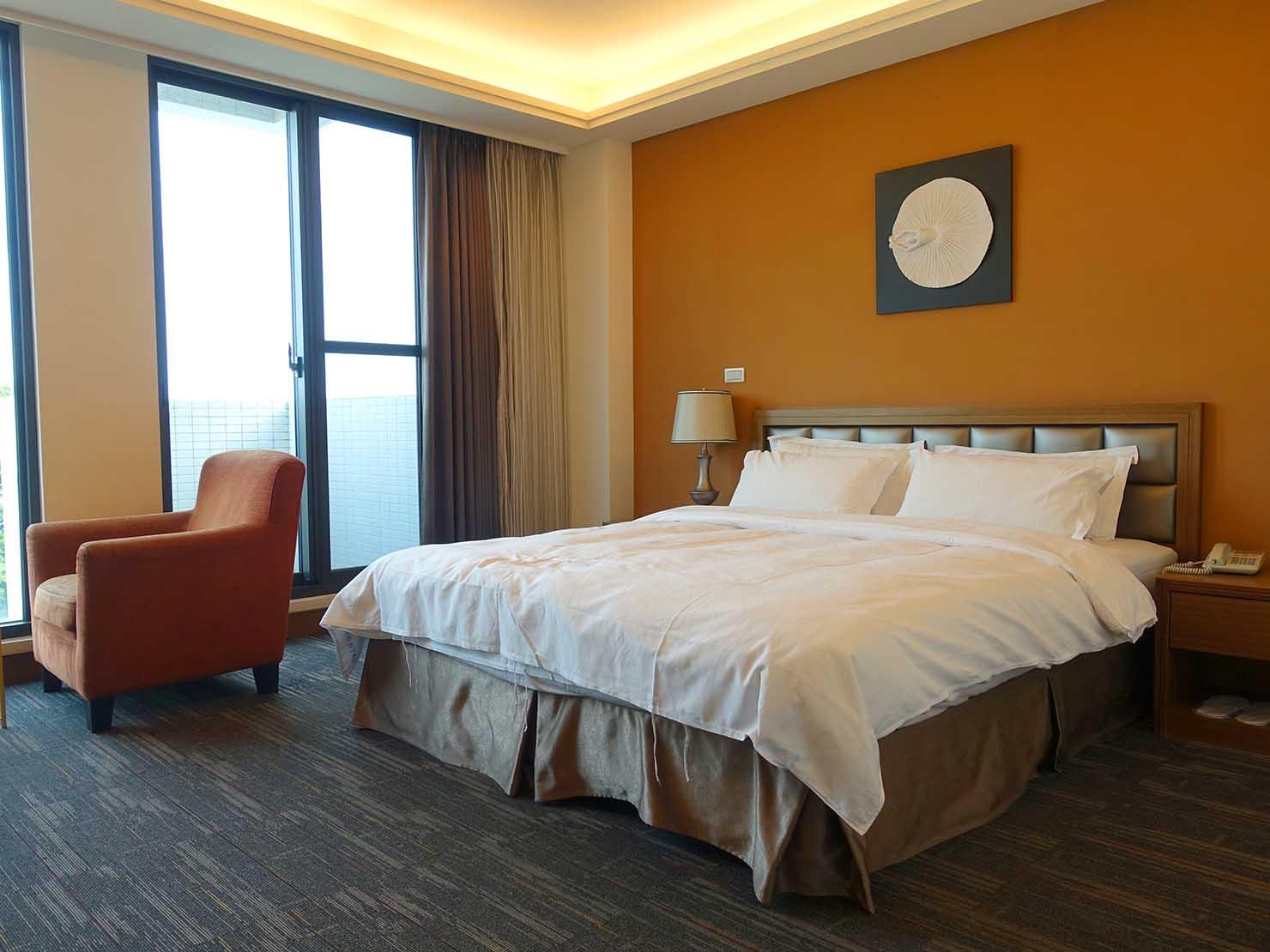 高雄・西子灣の港に立つ海辺のホテル「碧港良居 Watermark Hotel」玄関側から見た海景豪華房