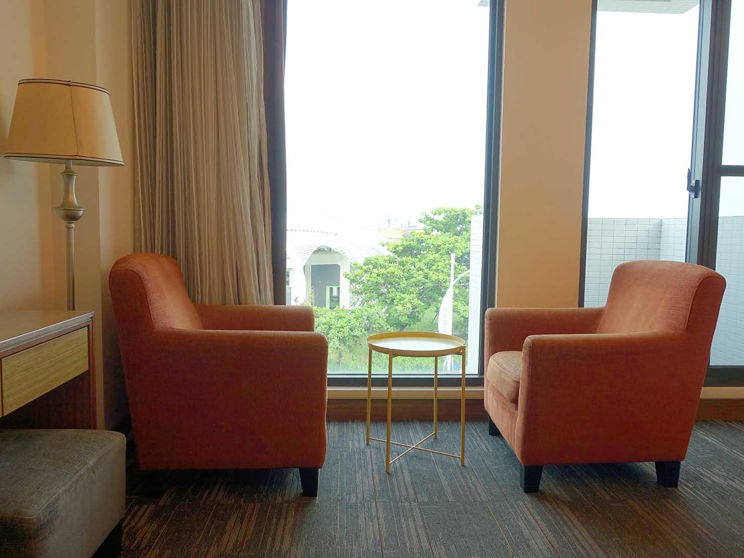 高雄・西子灣の港に立つ海辺のホテル「碧港良居 Watermark Hotel」海景豪華房のソファ