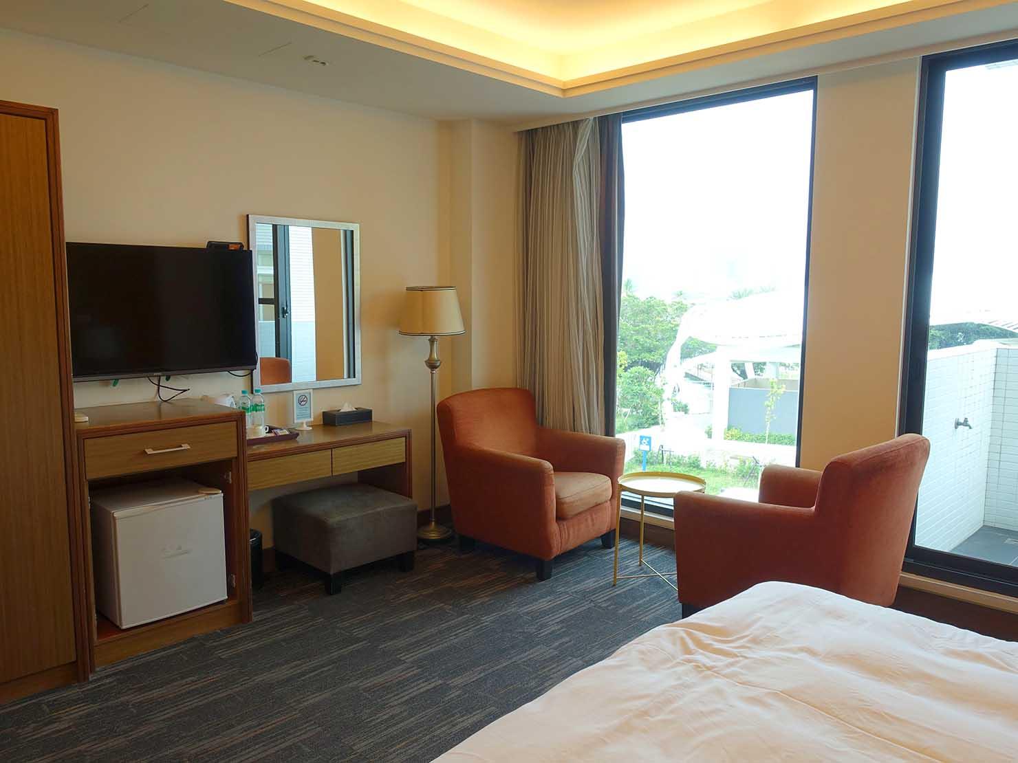 高雄・西子灣の港に立つ海辺のホテル「碧港良居 Watermark Hotel」ベッドから見た海景豪華房