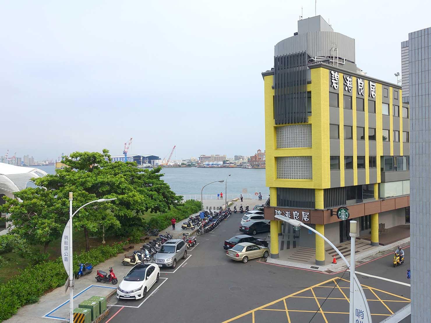 高雄・西子灣の港に立つ海辺のホテル「碧港良居 Watermark Hotel」海景豪華房から見える港の景色