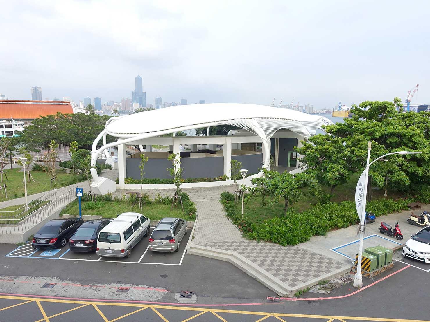 高雄・西子灣の港に立つ海辺のホテル「碧港良居 Watermark Hotel」海景豪華房から見える85大樓