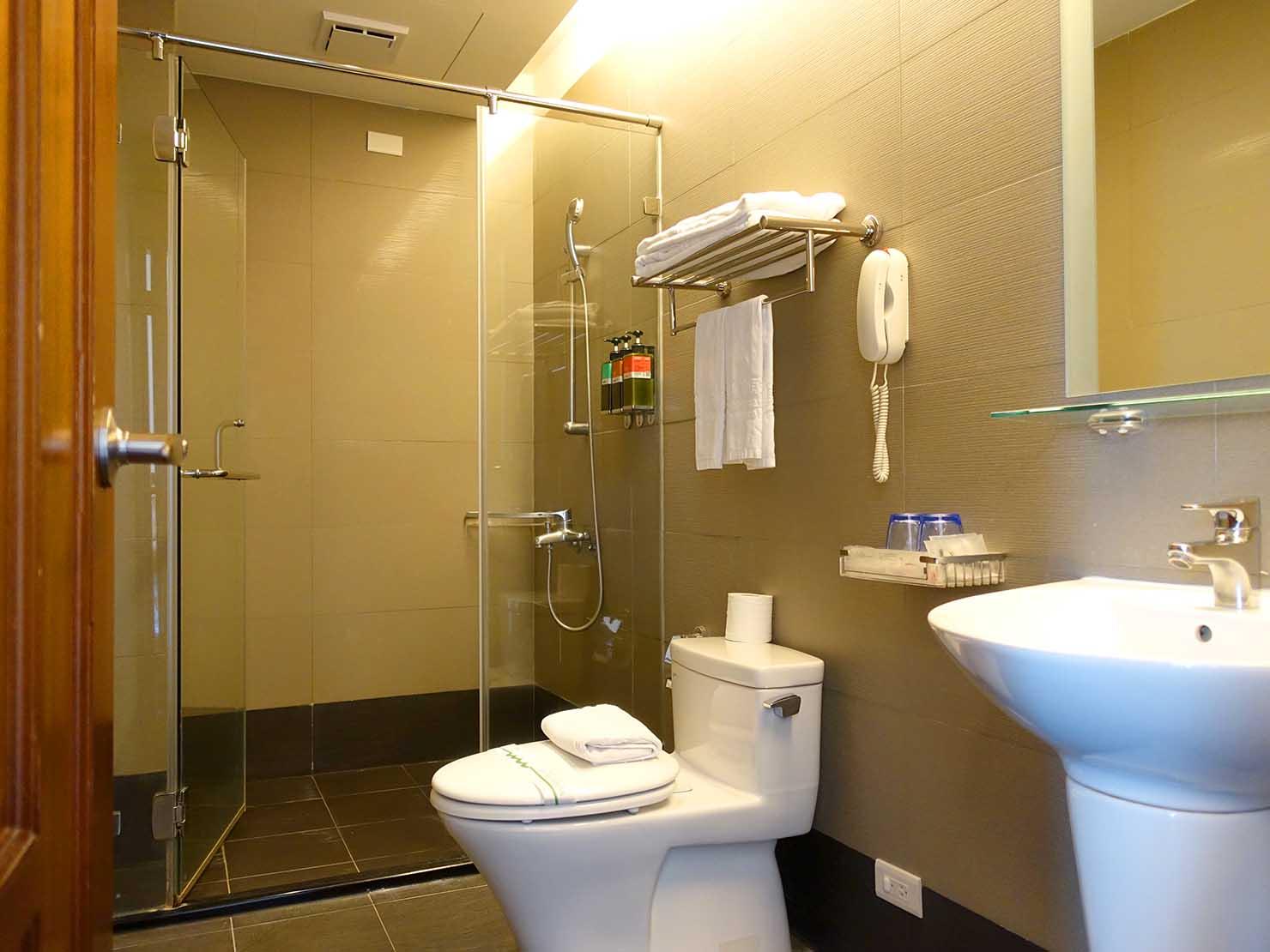 高雄・西子灣の港に立つ海辺のホテル「碧港良居 Watermark Hotel」海景豪華房のシャワールーム