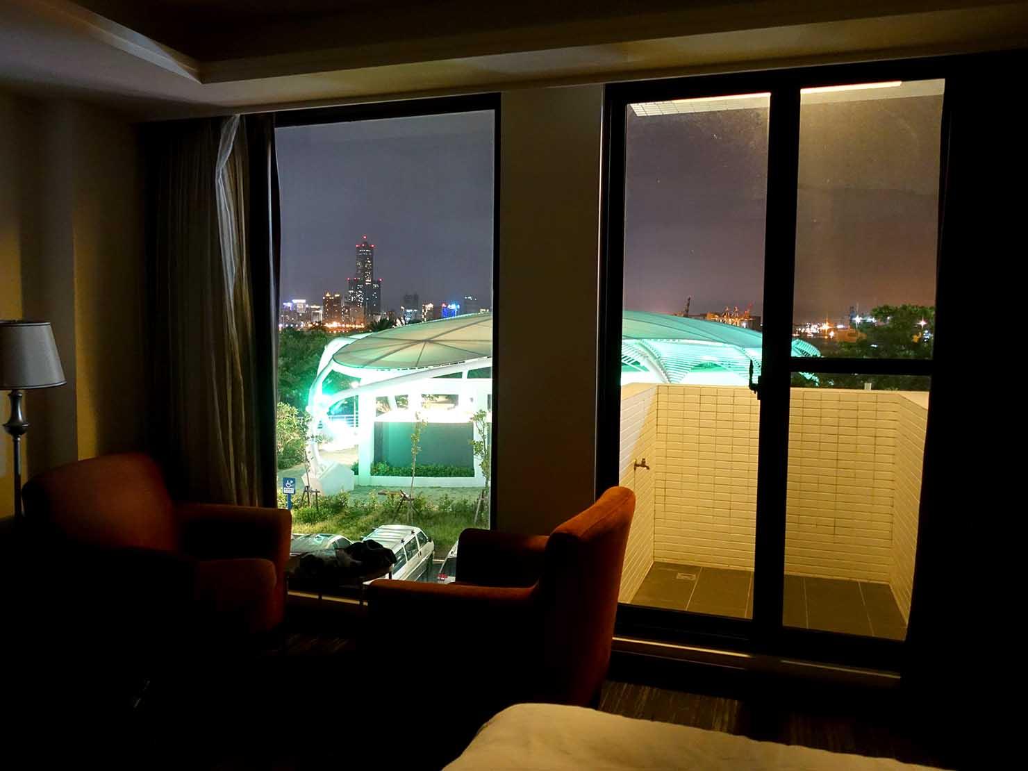 高雄・西子灣の港に立つ海辺のホテル「碧港良居 Watermark Hotel」海景豪華房から見える夜景