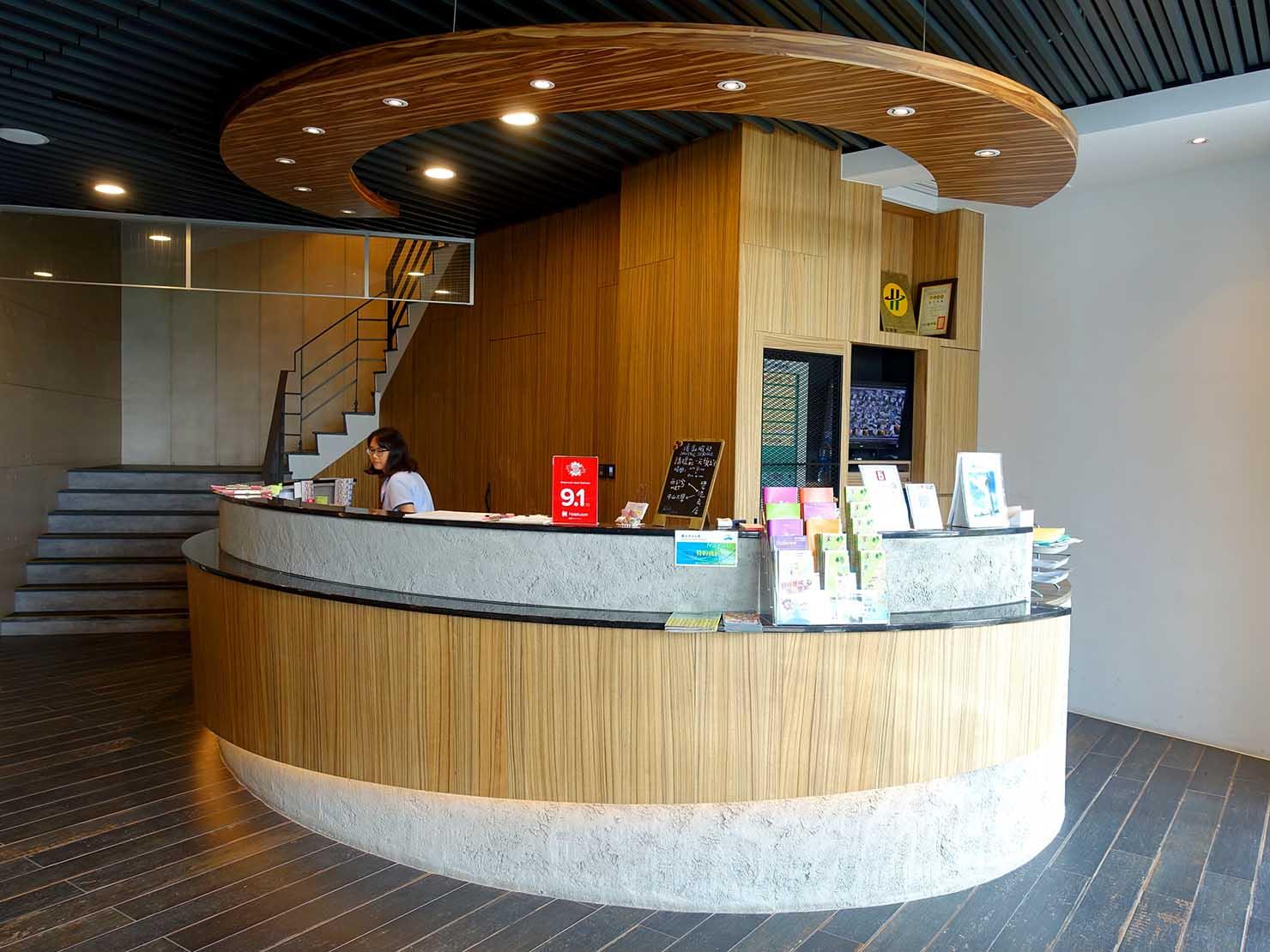 高雄・西子灣の港に立つ海辺のホテル「碧港良居 Watermark Hotel」のフロント