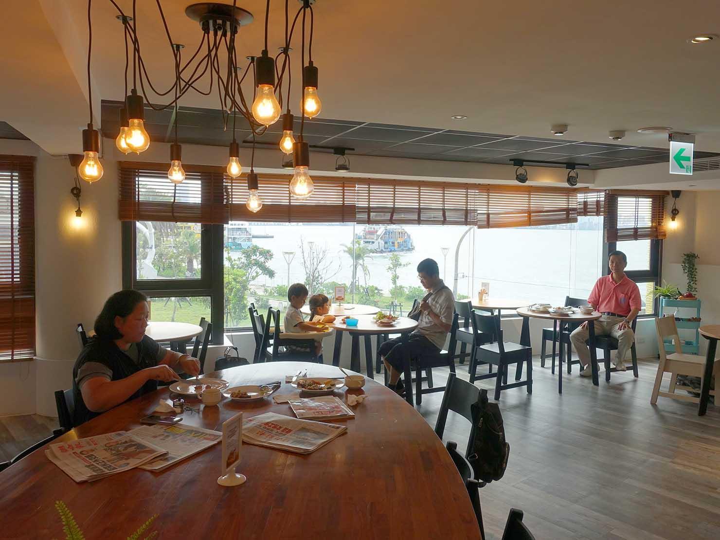 高雄・西子灣の港に立つ海辺のホテル「碧港良居 Watermark Hotel」のダイニングスペース