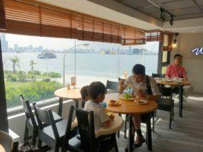 高雄・西子灣の港に立つ海辺のホテル「碧港良居 Watermark Hotel」ダイニングスペースの窓辺