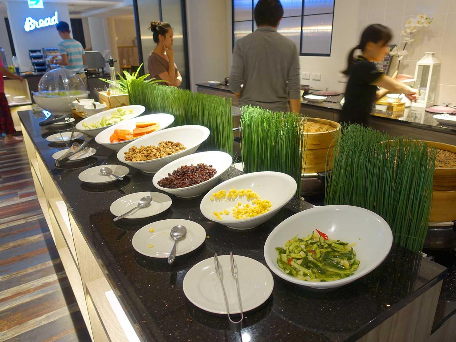 高雄・西子灣の港に立つ海辺のホテル「碧港良居 Watermark Hotel」の朝食ビュッフェ(サラダ)