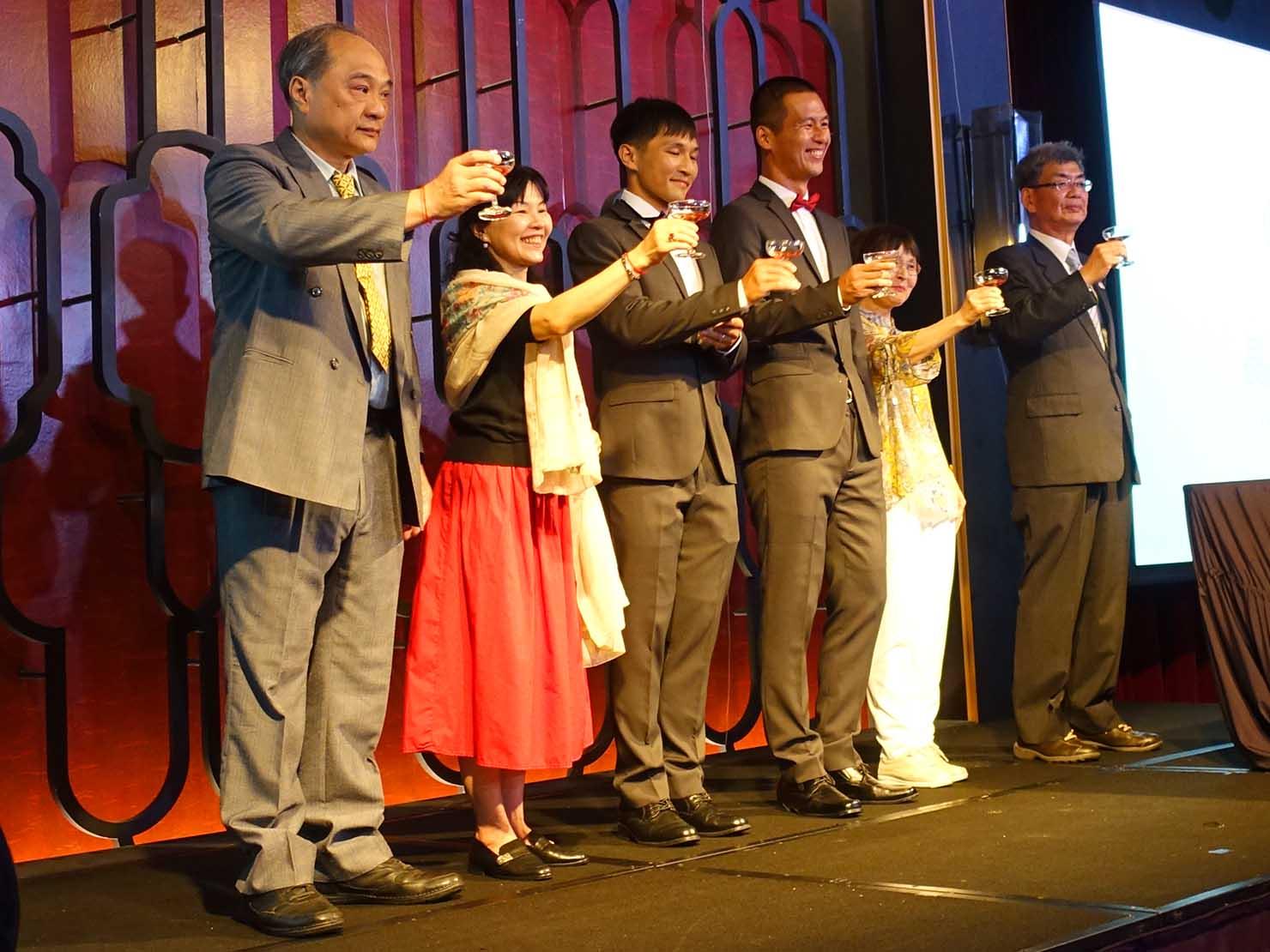 台日同性カップルの友人の結婚式会場ステージに上がる新郎のご家族
