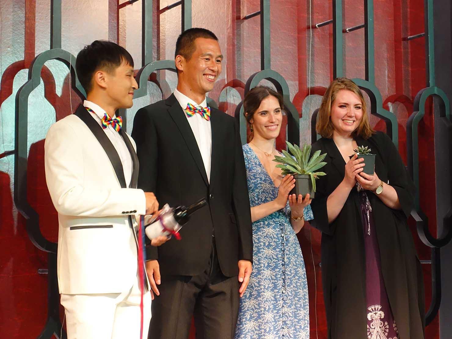 台日同性カップルの友人の結婚式で行われた「抽捧花」で当たりを引いた友人二人