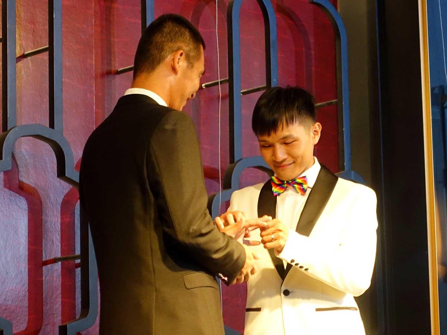 台日同性カップルの友人の結婚式で指輪交換をするAZくんとIanくん