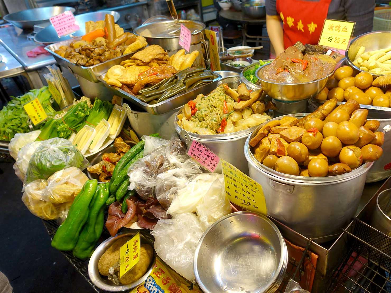 台北・遼寧街夜市のおすすめグルメ店「葉記滷味」の軒先に並ぶ食材たち