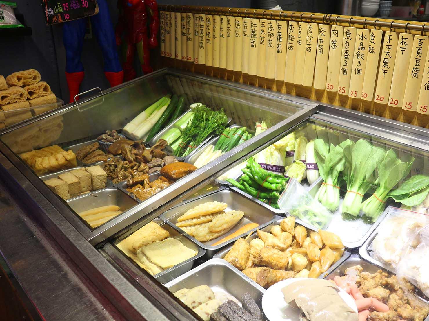 台北・永安市場のおすすめグルメ店「麻辣桑麻辣燙」の軒先に並ぶ食材