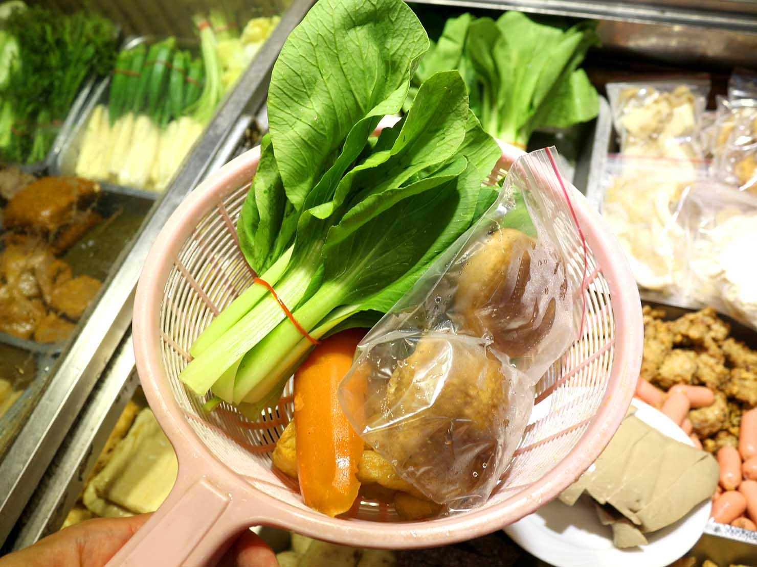 台北・永安市場のおすすめグルメ店「麻辣桑麻辣燙」で食材選び