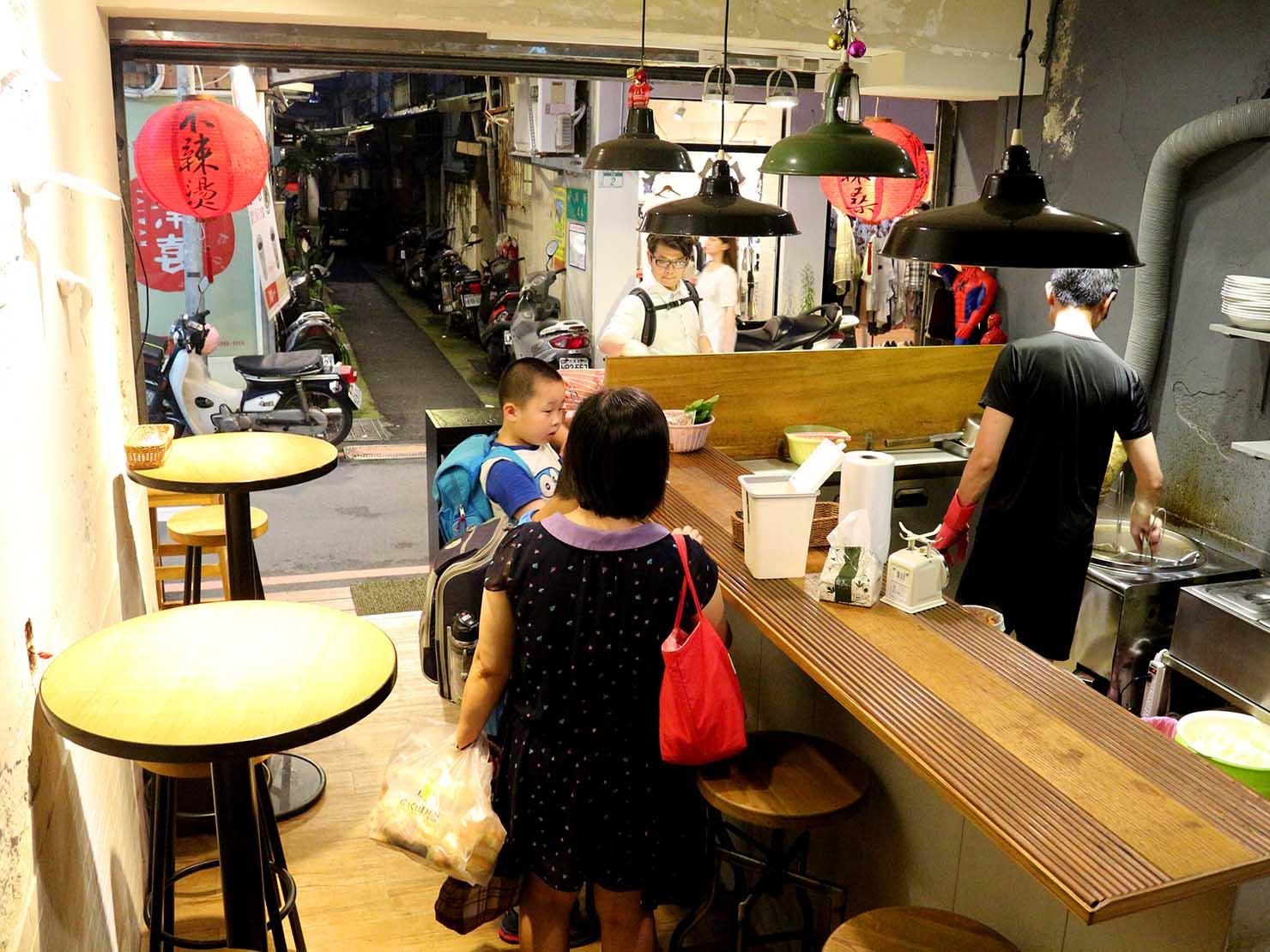 台北・永安市場のおすすめグルメ店「麻辣桑麻辣燙」の店内