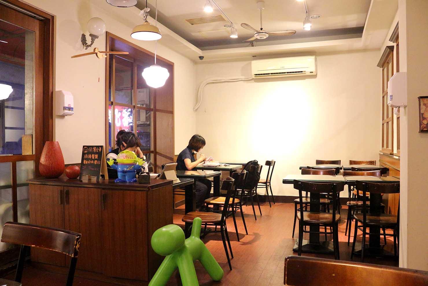 台北・永安市場のおすすめグルメ店「麻辣桑麻辣燙」の店内2階席