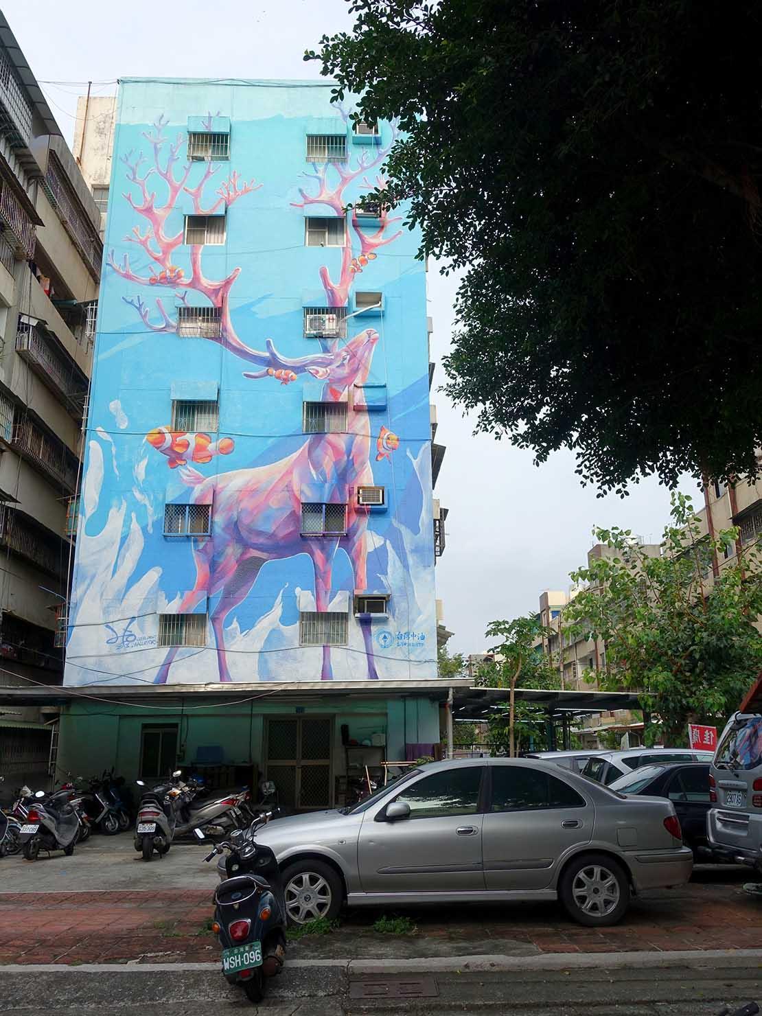 高雄のおすすめ観光スポット「衛武營」彩繪村の鹿が描かれた建物