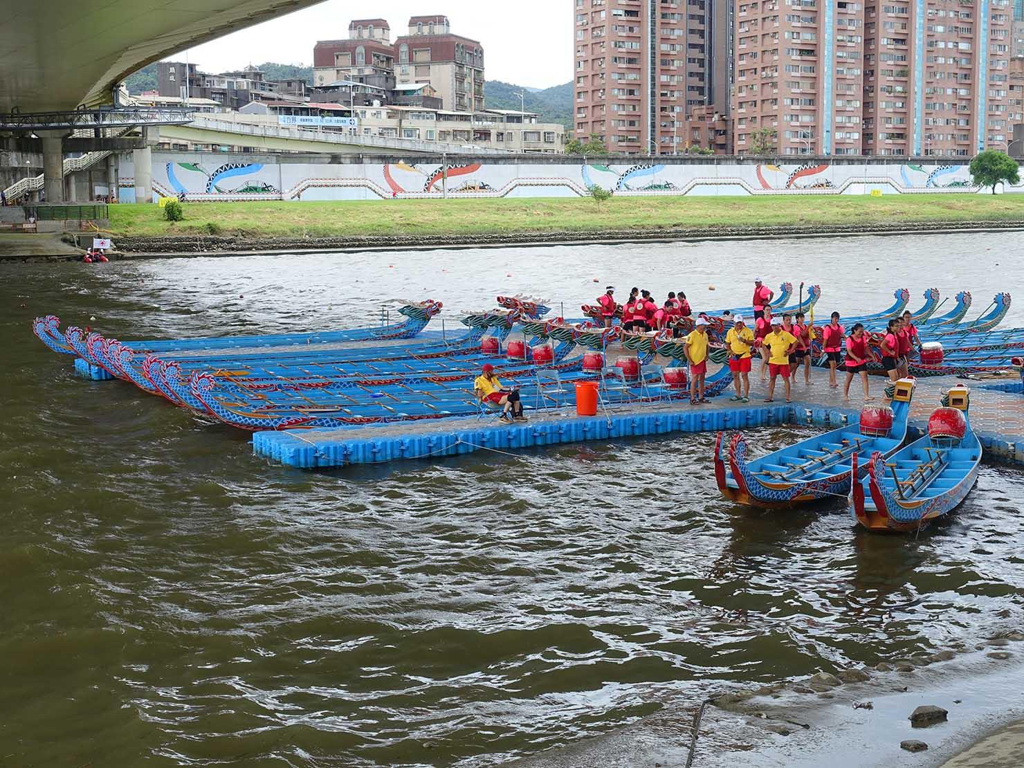 端午節の台北で行われた「龍舟競賽(ドラゴンボートレース)」のボート