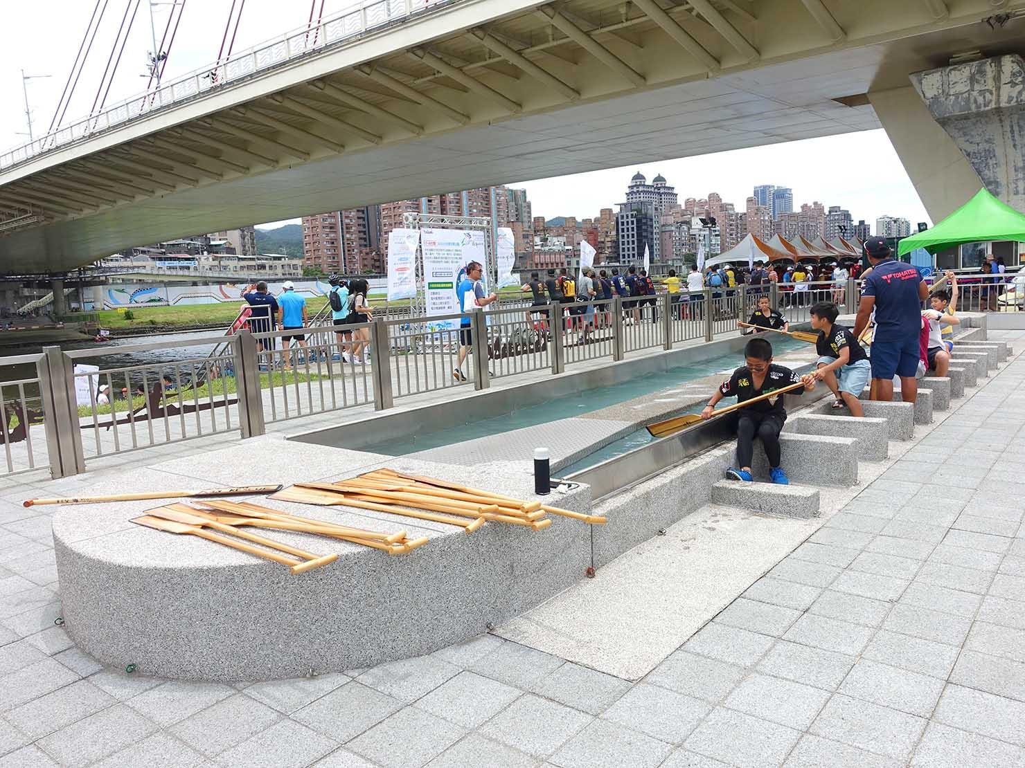 端午節の台北で行われた「龍舟競賽(ドラゴンボートレース)」のボート漕ぎ体験