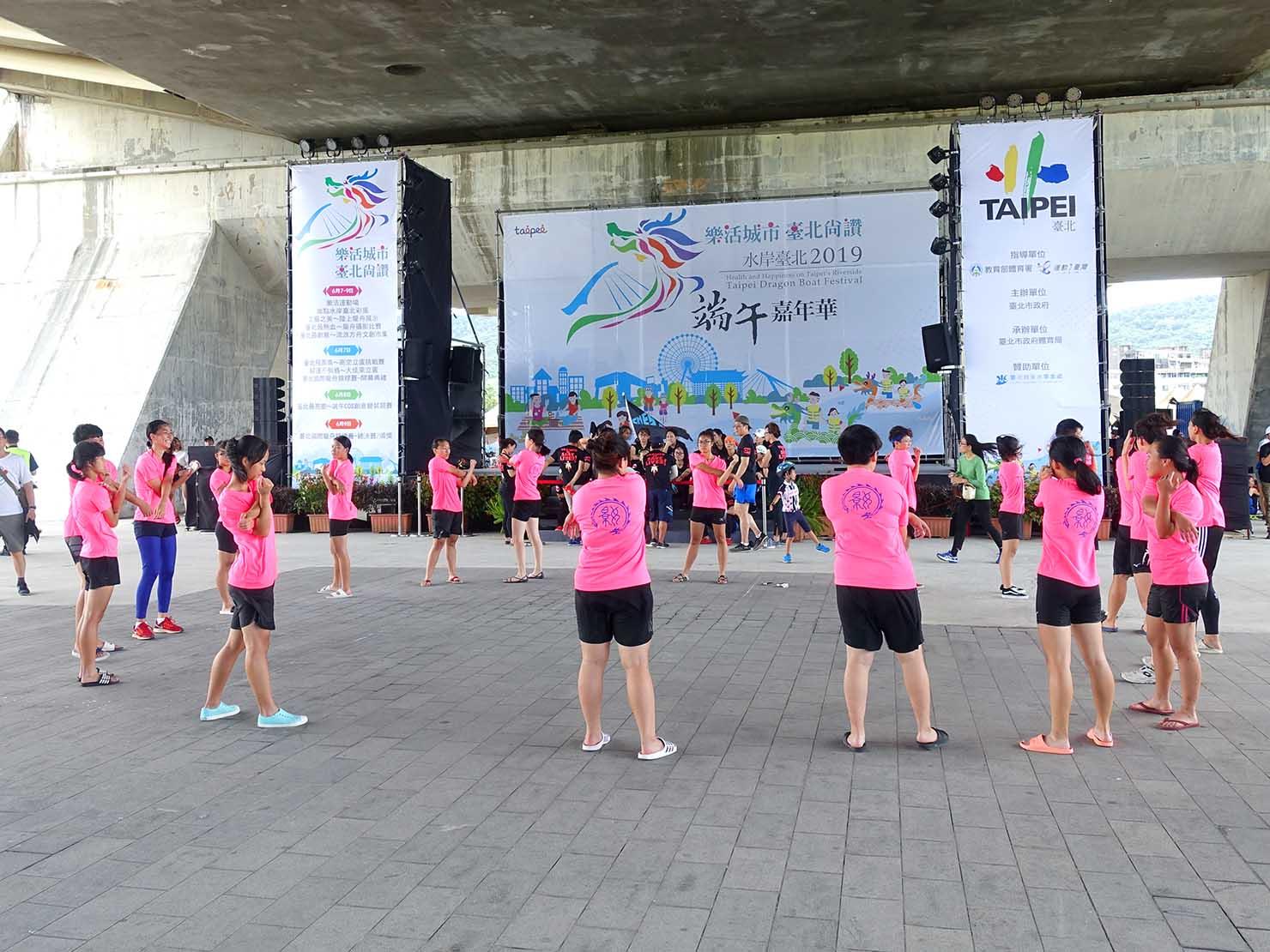 端午節の台北で行われた「龍舟競賽(ドラゴンボートレース)」の会場ステージ前