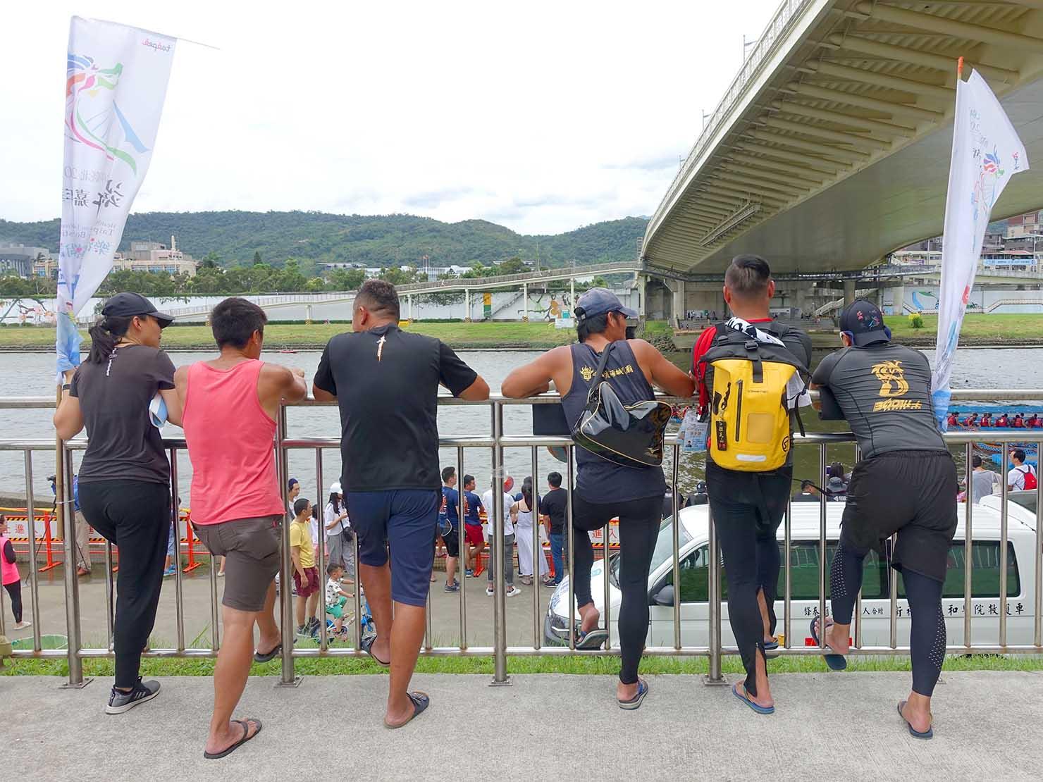 端午節の台北で行われた「龍舟競賽(ドラゴンボートレース)」の会場で試合を鑑賞する選手たち