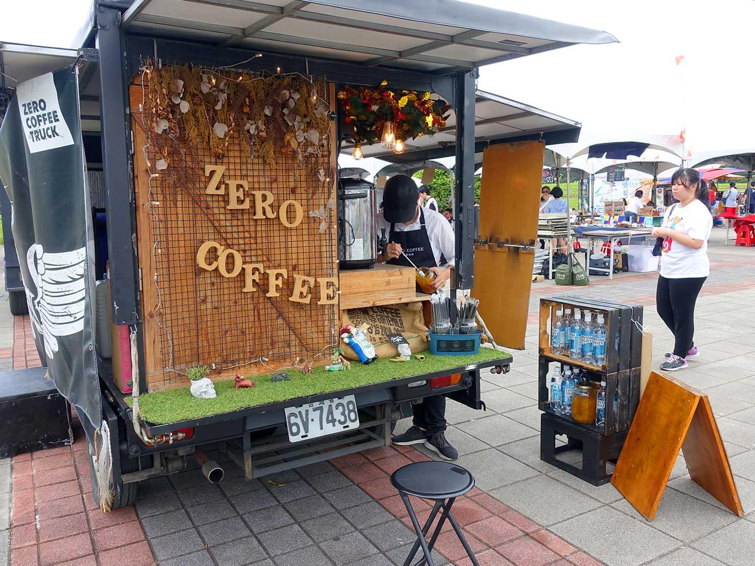 端午節の台北で行われた「龍舟競賽(ドラゴンボートレース)」の会場でコーヒーを売るワゴンカー