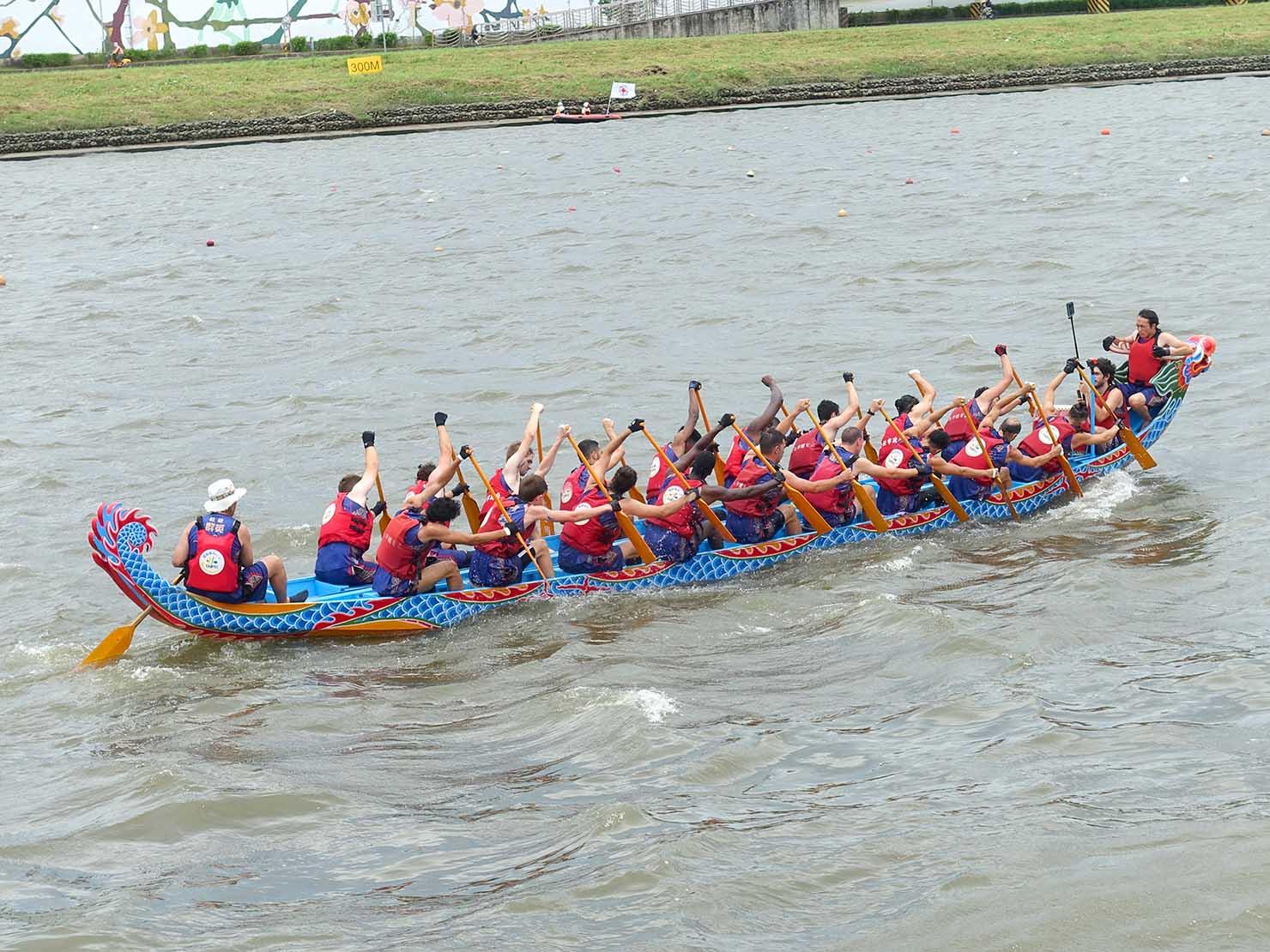 端午節の台北で行われた「龍舟競賽(ドラゴンボートレース)」の試合を終えた選手たち