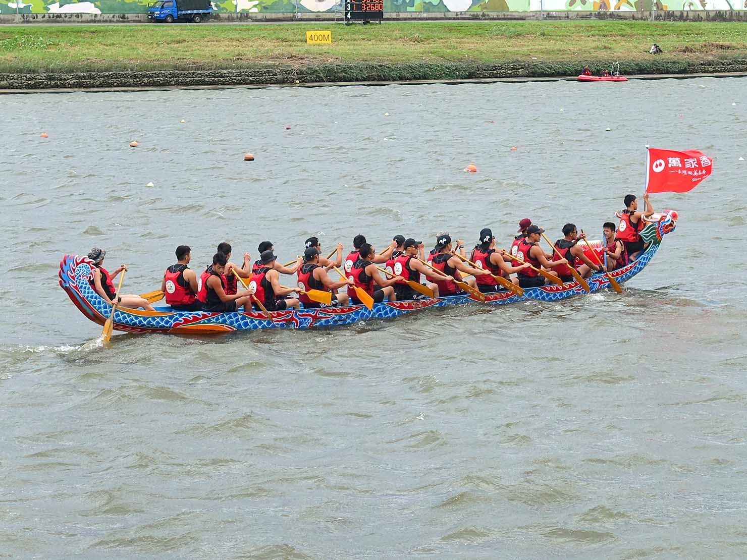 端午節の台北で行われた「龍舟競賽(ドラゴンボートレース)」でボートを漕ぐ選手たち