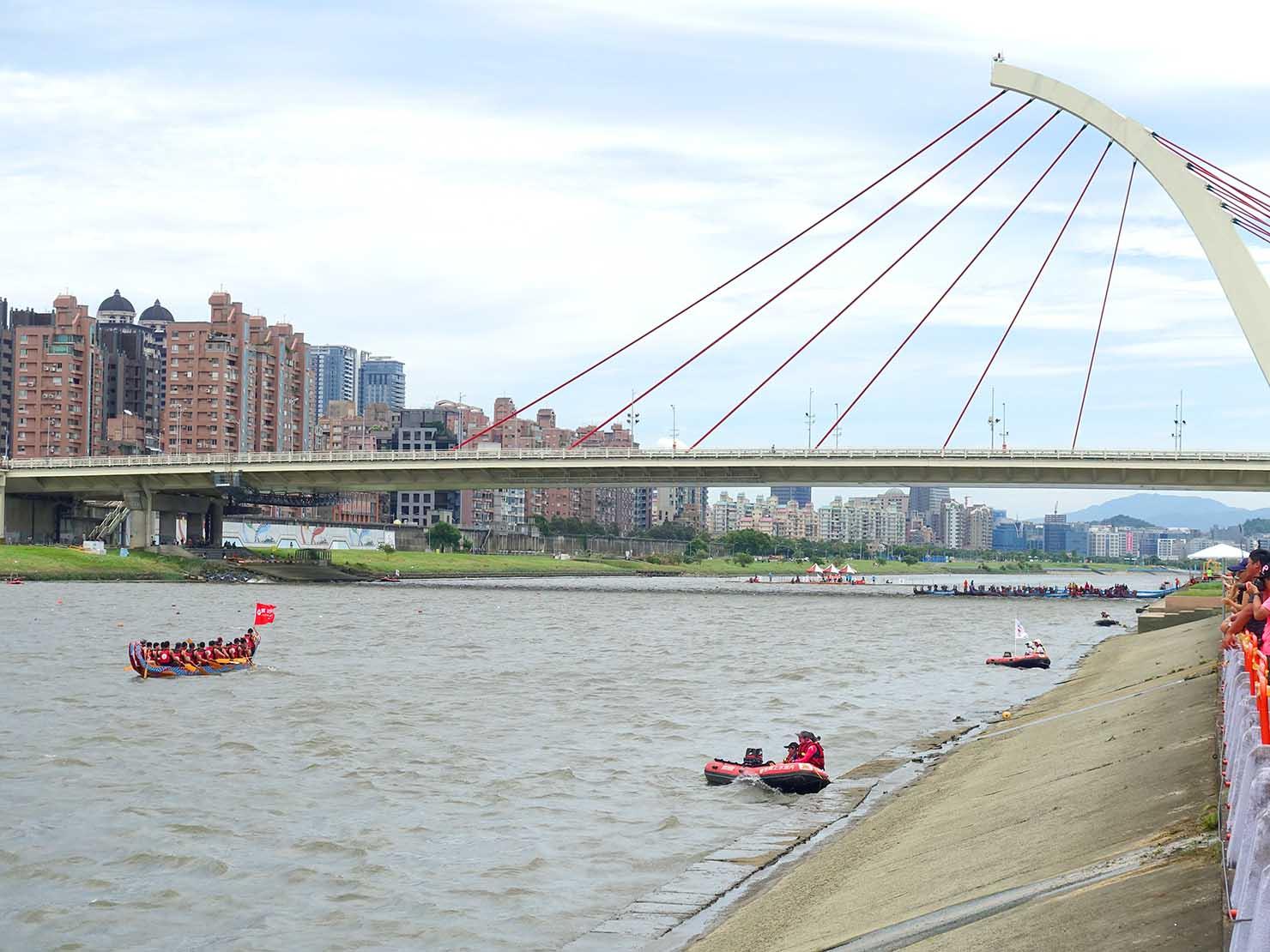 端午節の台北で行われた「龍舟競賽(ドラゴンボートレース)」会場となった大佳河濱公園を流れる基隆河