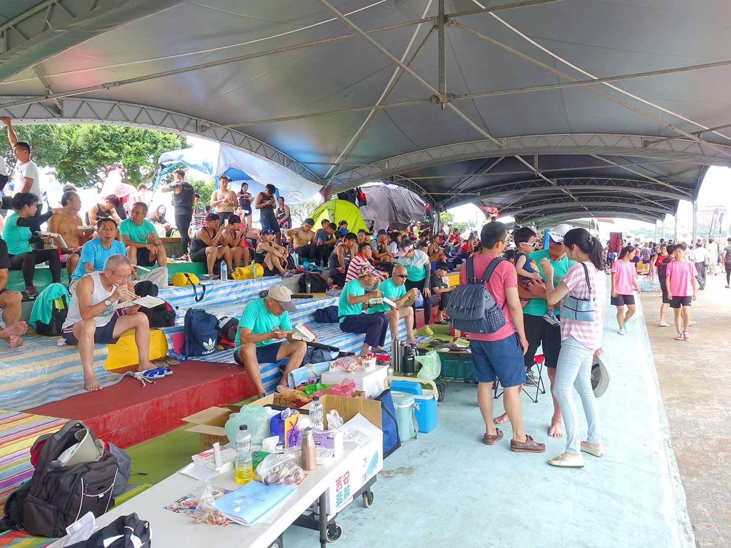 端午節の台北で行われた「龍舟競賽(ドラゴンボートレース)」会場の出場チームブース