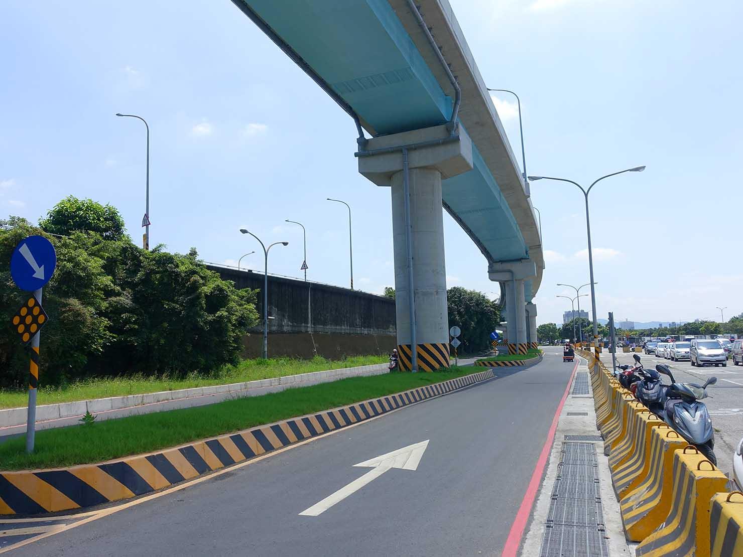 台北一周自転車道「華中河濱公園」の高速道路下
