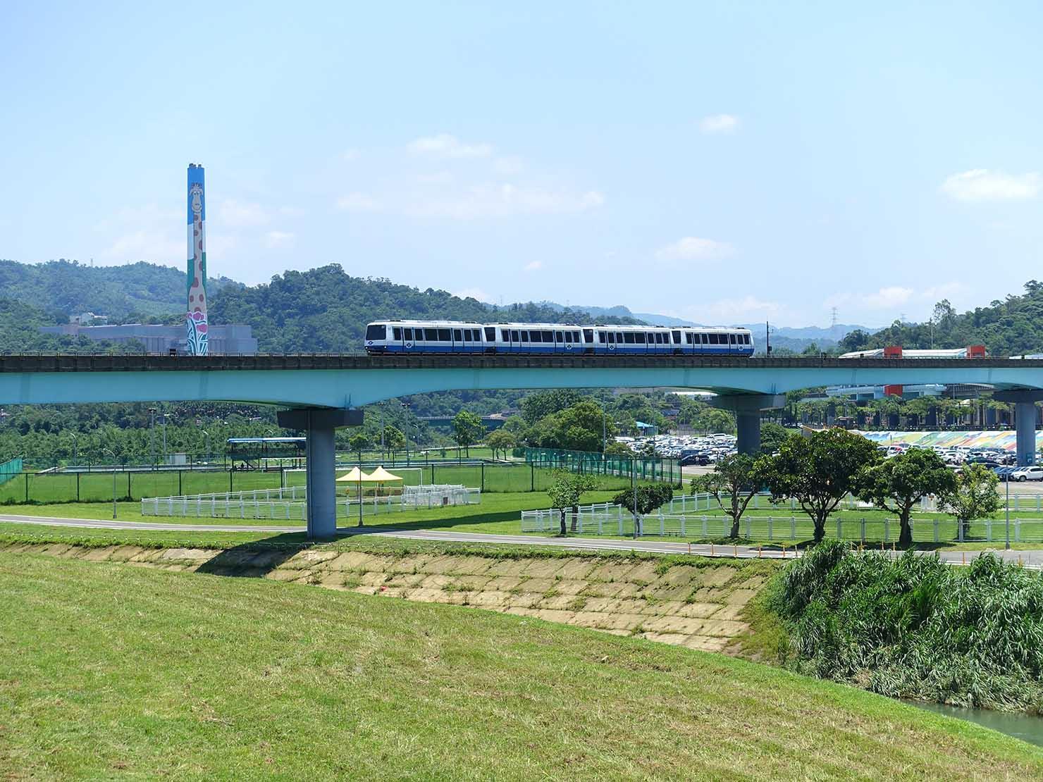 台北一周自転車道「道南河濱公園」から眺める捷運文湖線